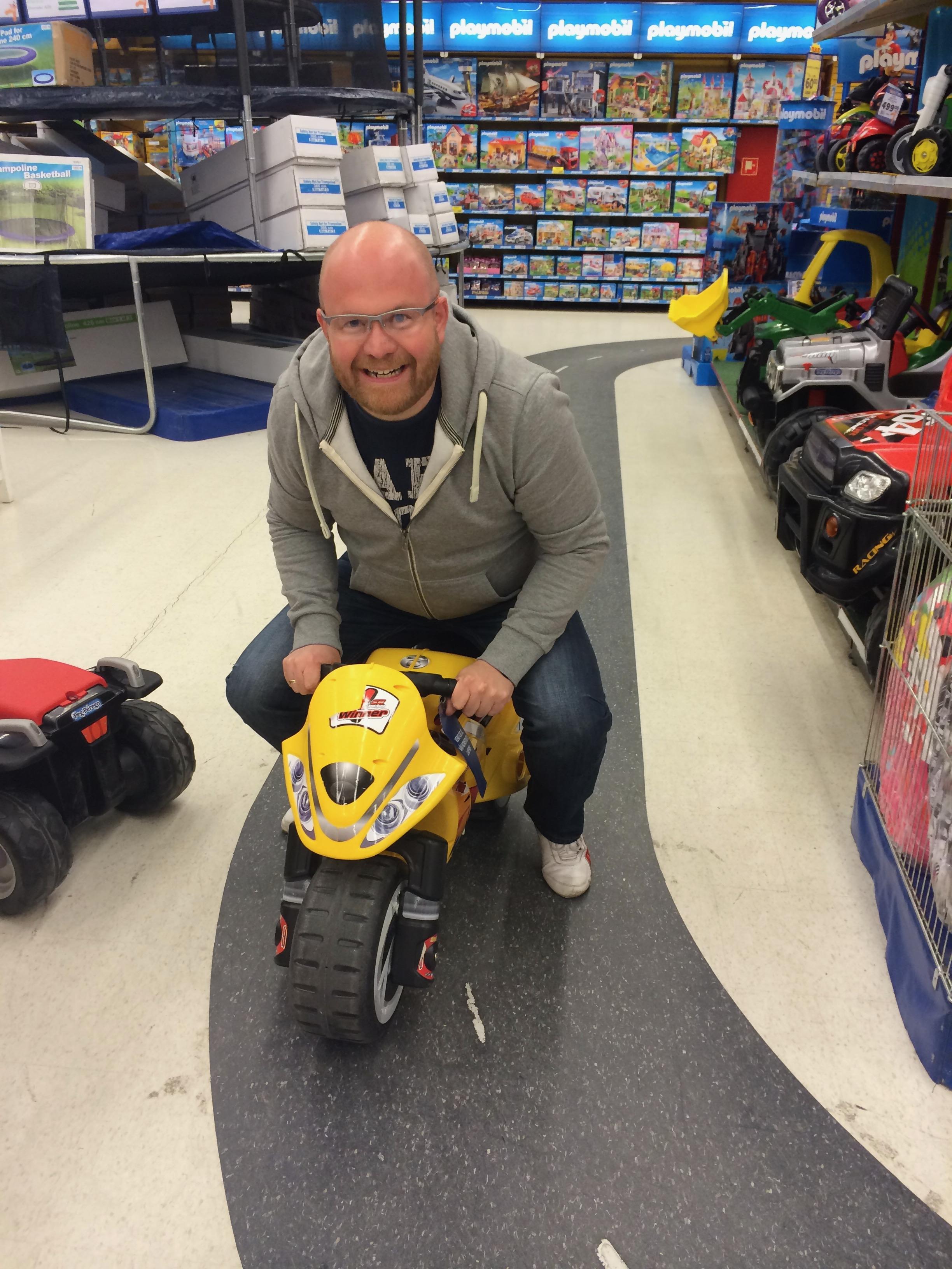 Andreas har tyvstaret mens vi venter på de nye motorsyklene og bare veier!